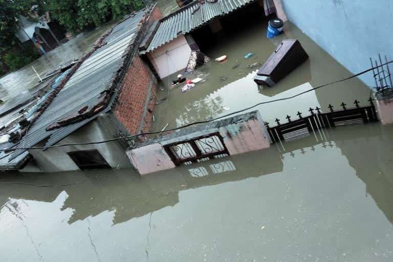 उत्तराखंड न्यूज़ : रुद्रपुर में कल्याणी नदी के उफान से कई घर डूबे, बचाव कार्य जारी