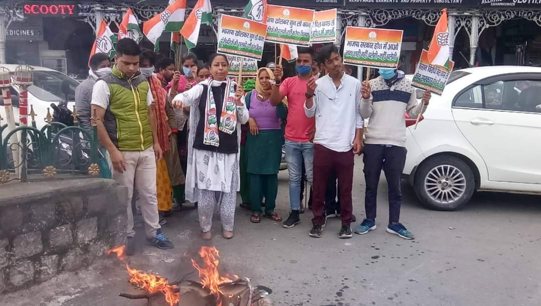उत्तर प्रदेश लखीमपुर खीरी हिंसा न्यूज़ : उत्तर प्रदेश के लखीमपुर खीरी में किसानों की मौत पर मसूरी में कांग्रेस का प्रर्दशन, योगी सरकार का पुतले को किया आग के हवाले