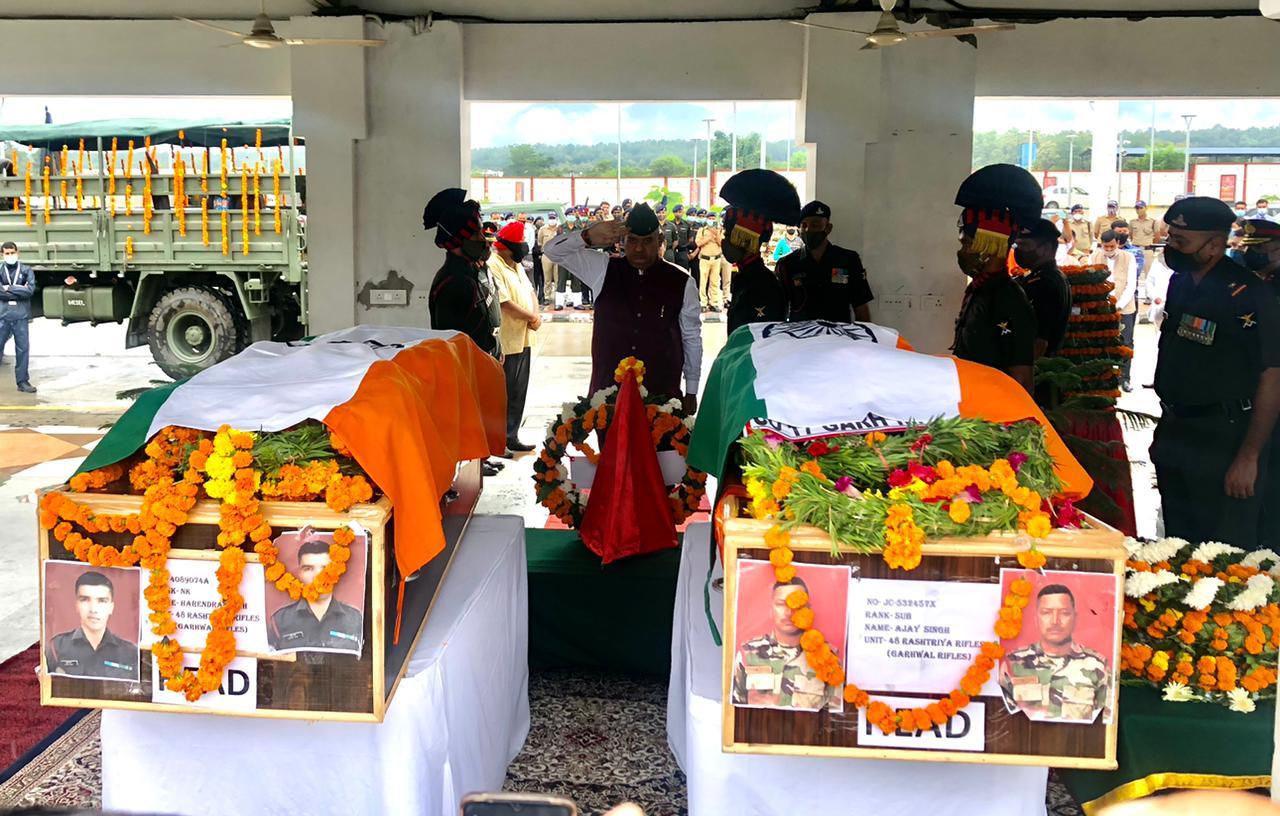 उत्तराखंड न्यूज़ : कश्मीर में शहीद हुए जवानों के पार्थिव शरीर को श्रृद्धांजली अर्पित करते सैनिक कल्याण मंत्री गणेश जोशी।